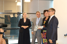 Für den BLB NRW übergaben Geschäftsführerin Gabriele Willems (2.v.r.) und Dorothee Heinkel (4.v.r.), Leiterin der Niederlassung Duisburg, gemeinsam mit Innenminister Herbert Reul (3.v.r.) den symbolischen Schlüssel an Polizeipräsident Mathis Wisselmann (r