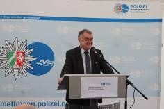 Minister Herbert Reul bei der Eröffnungsrede in der neuen Wache Velbert