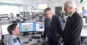 Innenminister Reul und Polizeipräsident Weinspach bei der Besichtigung der Leitstelle
